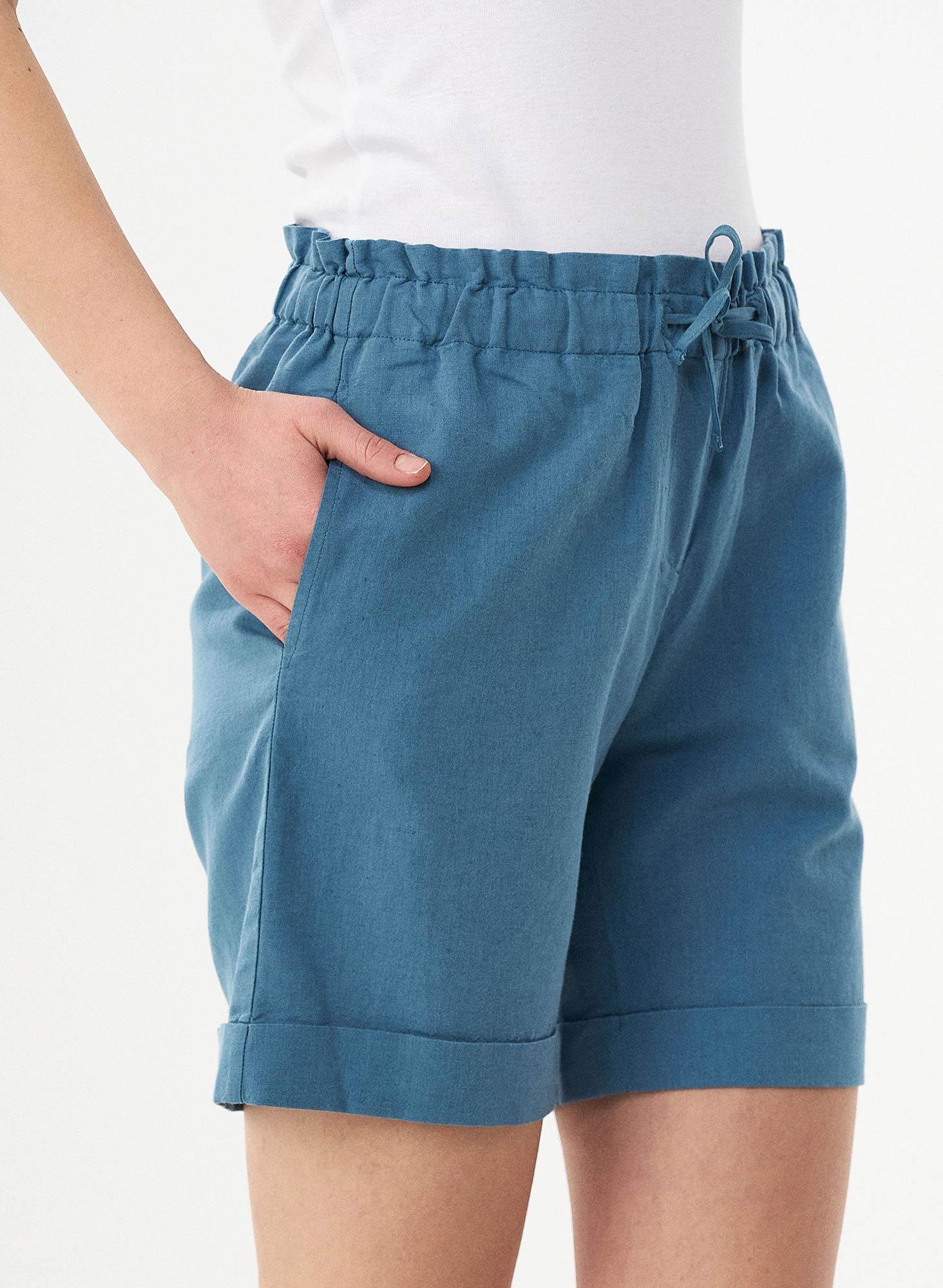 wor11599-Petrol-Blue-nachhaltige-Damen-Shorts-Leinen-Bio-Baumwolleumgekraempelte-Beine-elastischer-H-ftbund-Seitentaschen