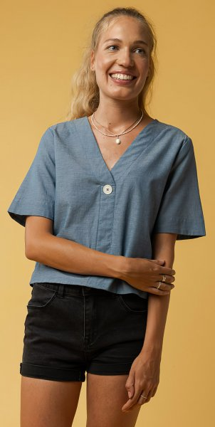 Fairtrade V-Neck Bluse Nala aus Bio-Baumwolle - blau chambray