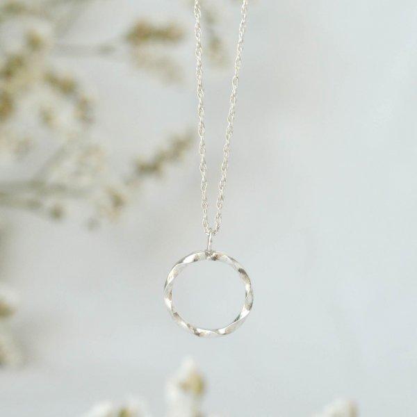 Wave Circle Pendant Necklace - Kette aus recyceltem Silber