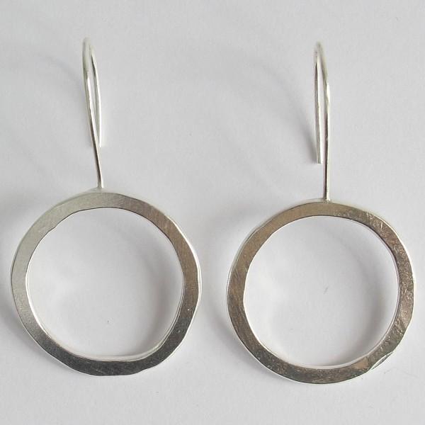 Runde Ohrringe recyceltes Silber hammered fair