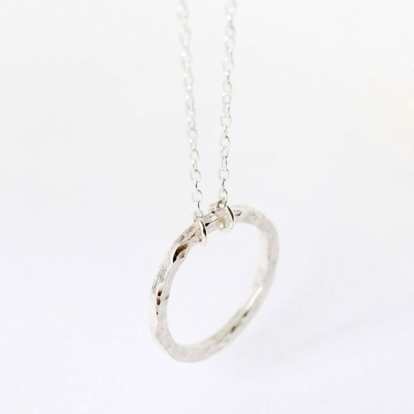 Textured Circle Necklace - Kette aus recyceltem Silber