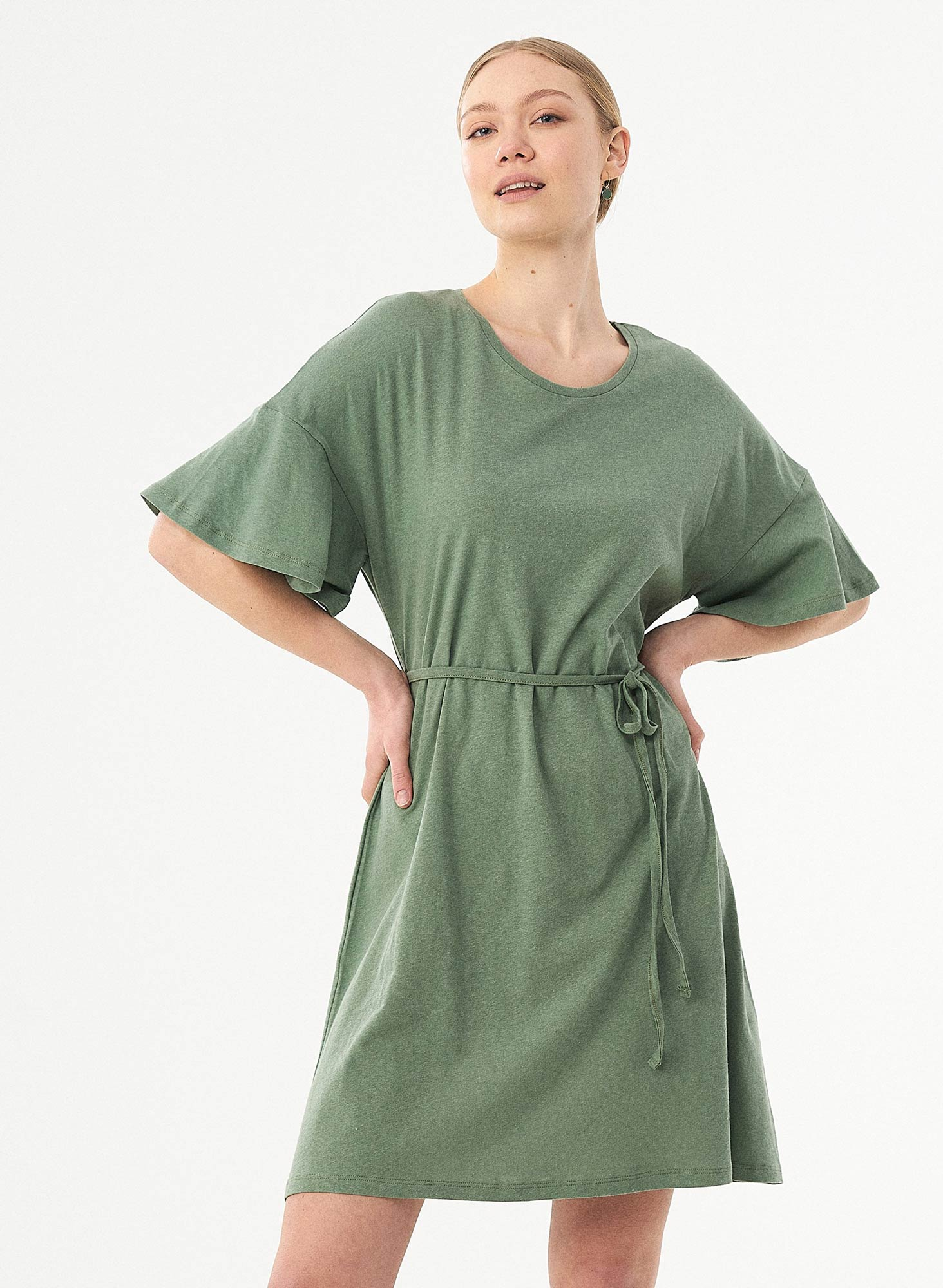 wor11669-Fern-Green-nachhaltiges-Kleid-Bio-Baumwolle-Leinen-schmaler-Guertel-weite-Aermel-Rundhalsausschnitt-fair-trade-online-shop
